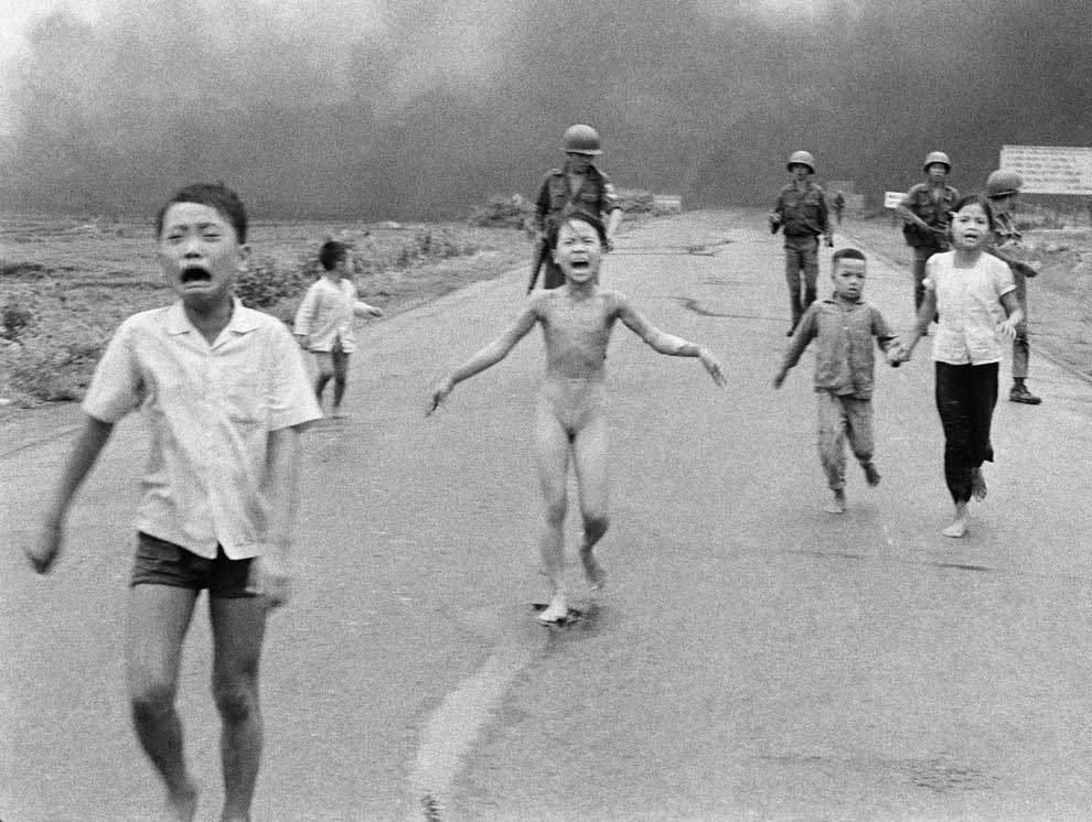 「ナパーム弾の少女」「戦争の恐怖」(Photograph by Nick Ut, Associated Press)