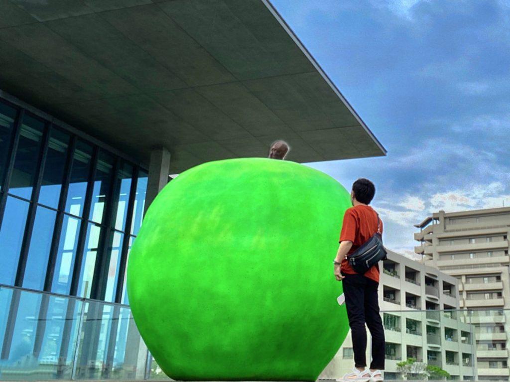 兵庫県立美術館、安藤忠雄の螺旋階段、青りんご